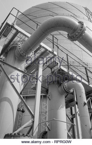 CL SU SE    Spiral-rise gas holder (gasometer) and gas supply pipes,  Reading Gasworks, Berkshire, UK - Stock Image