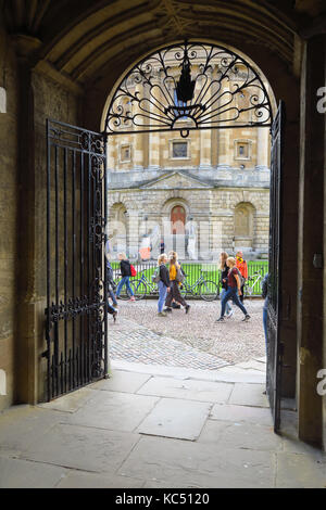 Radcliffe Camera as seen from an archway by the Bodleian Library, Oxford - Stock Image