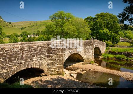 UK, Yorkshire, Wharfedale, Buckden, old stone 'Election Bridge' over River Wharfe - Stock Image
