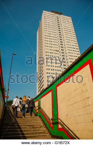 Birmingham, England, UK. 12th May 2016. UK Weather, Sunshine on the Cleveland Tower & the Murals on the Holloway - Stock Image