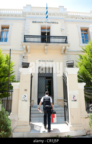 Security guard delivering money to National Bank of Greece - Stock Image