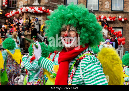 Düsseldorf, Germany. 4 March 2019. The annual Rosenmontag (Rose Monday or Shrove Monday) carnival parade takes place in Düsseldorf. Clown wearing a green wig. - Stock Image