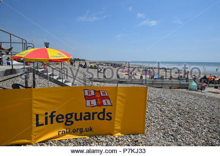Littlehampton, UK. Saturday 7th July 2018. Lifeguard station and crowded beach on a very warm afternoon in Littlehampton, on the South Coast. Credit: Geoff Smith / Alamy Live News. - Stock Image