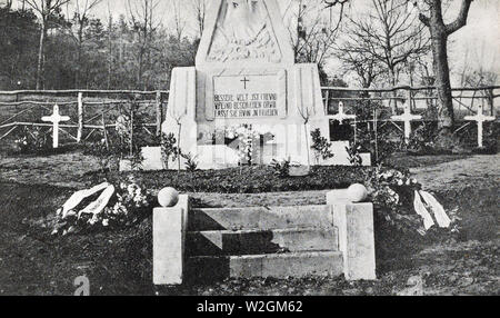 Military cemetary at Pargny. The inscription on stone reads as follows: 'A better world awaits both friend and foe and may they meet in peace' ca. 1918 - Stock Image