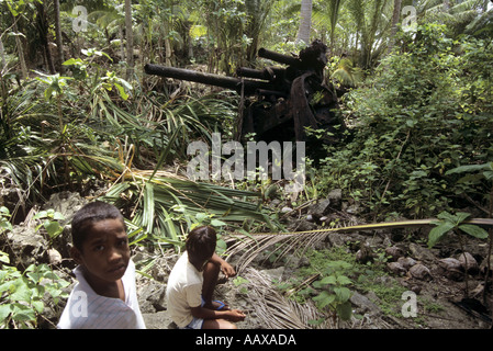 kids and WWII guns in the remote islands of the Western Pacific - Stock Image