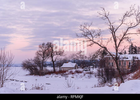 A lake-front house by icy shore of Lake Superior in winter. Duluth, Minnesota, USA. - Stock Image