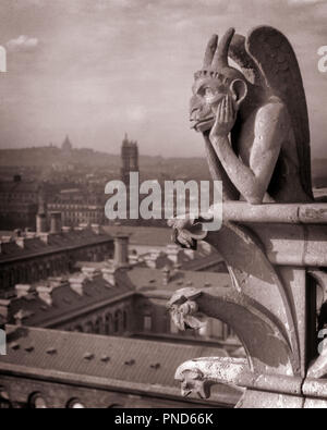 1920s NOTRE DAME CATHEDRAL STONE GARGOYLE CHIMERA OVERLOOKING SKYLINE OF PARIS FRANCE  - r4363 HAR001 HARS HORNED CARVED CATHEDRAL STILL LIFE STYLISH ELEMENT IDIOSYNCRATIC GARGOYLE SYMBOLIC AMUSING CREATIVITY CREATURE DEMONIC ECCENTRIC FORMED GROTESQUES MONSTROUS OVERLOOKING TONGUE STICKING OUT WINGED BLACK AND WHITE ERRATIC FANTASY HAR001 ICONIC NOTRE DAME OLD FASHIONED VESSEL - Stock Image