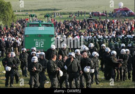 Police forces and G8 protesters pictured near Hinter Bollhagen, Germany, 07 June 2007. Photo: Peter Steffen - Stock Image