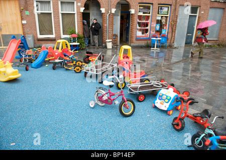 Amsterdam, Oud West, van Beuningenstraat, speelgoed van kinderspeelplaats - Stock Image