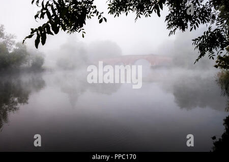 Sonning-on-Thames, Berkshire. 25th Sep 2018. UK Weather: A cold autumnal night quickly warming at dawn led to heavy mists and fog at Sonning Bridge this morning. © Danny Callcut/Alamy Live News - Stock Image