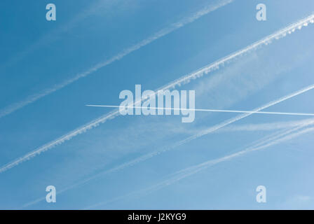 Aircraft con trails / vapour trails in a blue sky - Stock Image