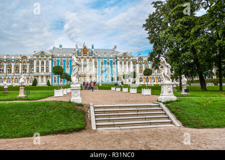 Travelers enjoy the gardens and the ornate facade of the Rococo Catherine Palace in the town of Tsarskoye Selo, just outside of St. Petersburg, Russia - Stock Image
