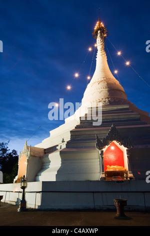 Thailand, Mae Hong Son, Mae Hong Son. Chedi at Wat Phra That Doi Kong Mu illuminated at night. - Stock Image