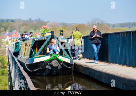 Canal boat crossing an Aqueduct near Llangollen at Pontcysyllte, Wales, UK. Family enjoying a narrow boat trip on the Shropshire Union Canal. - Stock Image