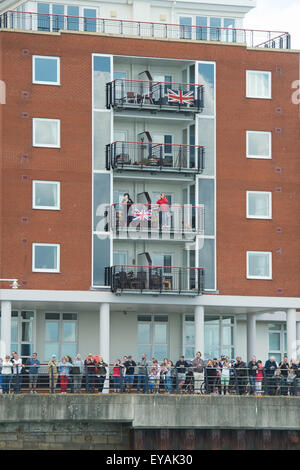 Portsmouth, UK. 25th July 2015. Crowds and residents gather outside the BAR HQ in Camber Dock waving and displaying - Stock Image