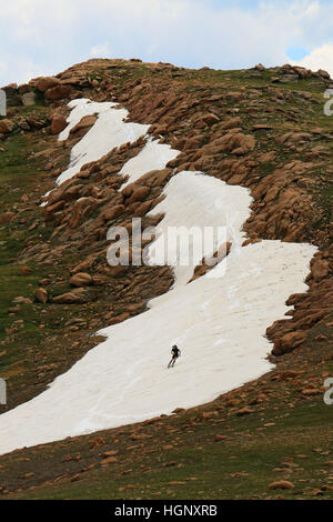 Skier on snow field Pikes Peak Rocky Mountain National ridge Colorado - Stock Image