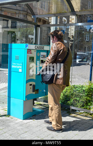 Paying for parking at a kiosk in the Brittany, France town of Saint Brieuc. No credit cards accepted. - Stock Image