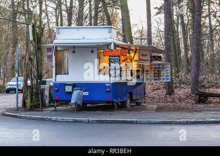 Berlin- Zehlendorf. Krumme Lanke.Caravan fast food outlet selling food and drink. Bratwurst, Chips & Gluhwein - Stock Image
