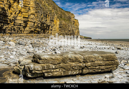 The Glamorgan Heritage Coast in south Wales  - all limestone cliffs and rocks. This is Llantwit Major Beach, also known as Colhuw or Colhugh Beach - Stock Image