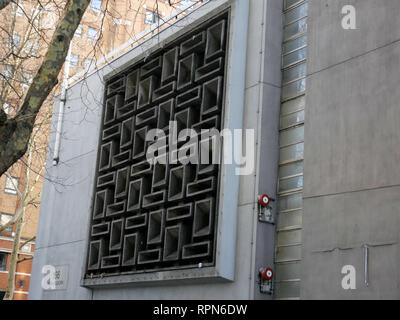 Concrete Screen by John Maltby circa 1968 at Selkirk House, Museum Street, London WC1 - Stock Image