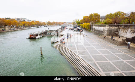 Paris (France) - Fall colors in a rainy day along the Seine - Stock Image
