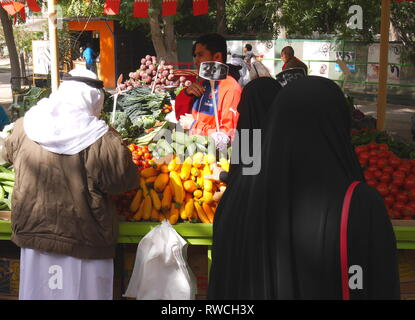 Shoppers at the farmers' market, held at the botanical garden in Budaiya, Kingdom of Bahrain - Stock Image