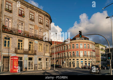 House with typical tiles, red tlephone box, Porto, Portugal - Stock Image