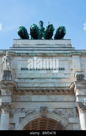 Statues on top of the Siegestor (Victory Arch), Munich - Stock Image
