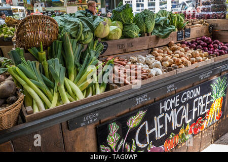 Borough Market rustic attractive home grown vegetable stall. British home grown 'Chemical Free' farm produce, including Leeks, Shallots, Garlic, Onions, Cabbage & Cauliflowers on display at  'Teds Veg' stall Borough Market Southwark London UK - Stock Image