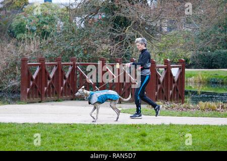 Hastings, East Sussex, UK. 05 Jan, 2019. UK Weather: A chilly start to the morning in Alexandra park in Hastings, East Sussex. This woman sets off on a run with her dog. © Paul Lawrenson 2018, Photo Credit: Paul Lawrenson / Alamy Live News - Stock Image
