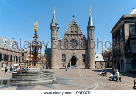 The Hague / Den Haag The Netherlands Binnenhof and Ridderzaal. Fontein graaf Willem II - Stock Image