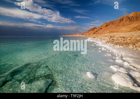 View of the Dead Sea coastline on a sunny day - Stock Image