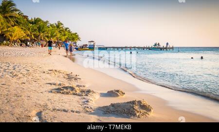 Beautiful sunset on West Bay Beach in Roatan Honduras. - Stock Image