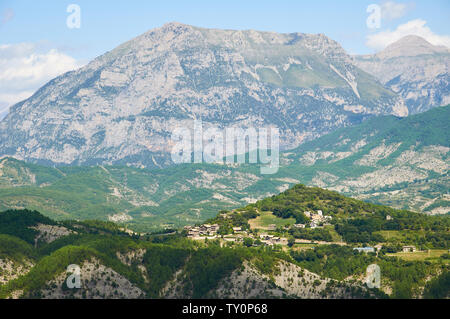 Landscape view of the town of Belsierre with Punta Llerga peak at the background from Vió valley (Laspuña, Sobrarbe, Huesca, Pyrenees, Aragon, Spain) - Stock Image