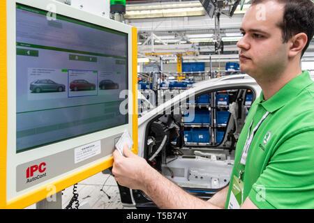 Kvasiny, Czech Republic. 23rd Apr, 2019. Skoda Auto employees work on a new digitally controlled assembly line for cars Skoda Superb and Kodiaq in Kvasiny plant, Czech Republic, April 23, 2019. Credit: David Tanecek/CTK Photo/Alamy Live News - Stock Image