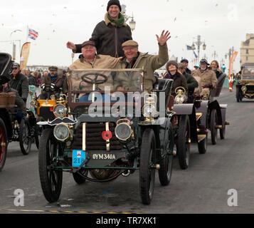 Sir David Marne driving a 1903 Panhard Et Levassor,  across the finishing line of the 2018 London to Brighton Veteran Car Run - Stock Image