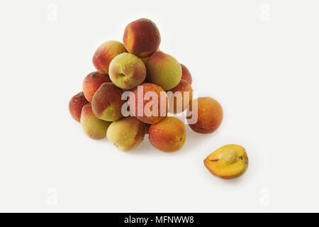Fresh peaches. White background. Studio shot.         Ref: CRB538_103609_0034  COMPULSORY CREDIT: Martin Harvey / Photoshot - Stock Image