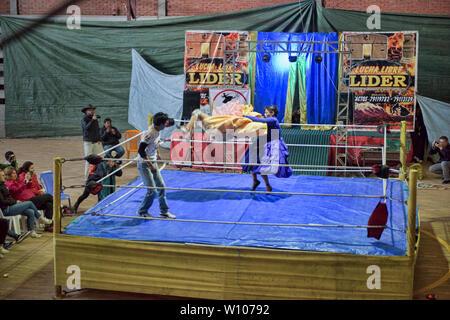 Cholita wrestling (Lucha Libre) in La Paz, Bolivia - Stock Image
