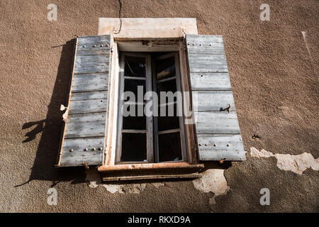 Old window and shutters in the village of Rousillon, France - Stock Image