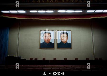 Portraits des grands leaders à la grande maison des études du peuple de Pyongyang dans la salle de cinéma, - Stock Image