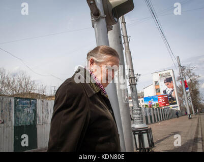 IRKOUTSK, RUSSIE, MAI 16 : Une vendeuse dans un kiosque en face de la gare du Transsiberien a Irkoutsk le 16 mai - Stock Image