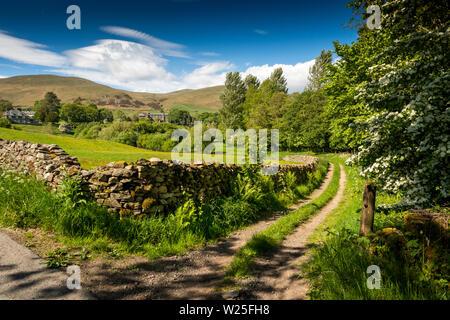 UK, Cumbria, Sedbergh, Loftus Hill, green lane to riverside property towards Settlebeck Gill and Howgill Fells - Stock Image