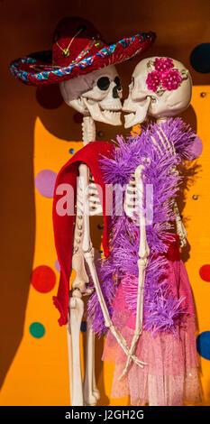USA, Arizona, Phoenix, Desert Botanical Garden. Skeleton couple kissing. Credit as: Wendy Kaveney / Jaynes Gallery - Stock Image