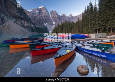 Colouful Canadian canoes on Moraine Lake, Banff National Park, Alberta, Canada. Autumn (September) 2017. - Stock Image