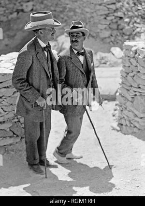 Howard Carter who discovered Tutankhamun's Tomb in the Valley of the Kings, Luxor, Egypt. November 1922. Lord Carnarvon ( left ) talking to Howard Carter in the Valley of the Kings, Luxor, Egypt. Scanned from image material in the archives of Press Portrait Service - (formerly Press Portrait Bureau). - Stock Image