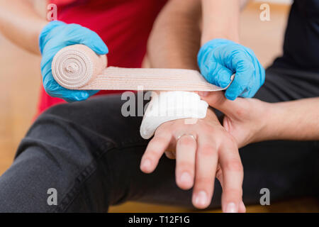 First aid training. Burn injury. First aid course. - Stock Image