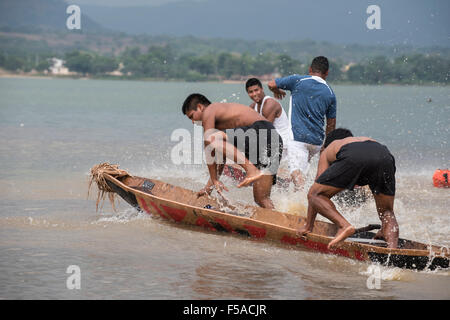 Palmas, Brazil. 30th October, 2015. A team jump into their canoe at the beginnning of a heat at the International - Stock Image