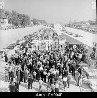A crowd gathers to watch Illinois Governor William Stratton and Chicago Mayor Richard J.  Daley open the Congress Expressway in1956. - Stock Image