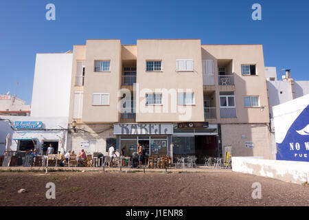 Babel Bar is a small bar in Corralejo, Spain. They serve Italian and English breakfasts, hot dogs and burgers, classic - Stock Image