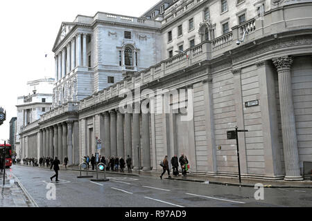 Bank of England on Threadneedle Street  in the City of London and street scene people walking in winter England UK  KATHY DEWITT - Stock Image